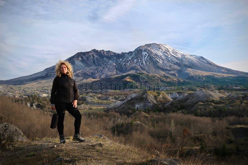 Kvinnlig vandring i Mt St Helens nationella Volcanic Monument royaltyfri bild