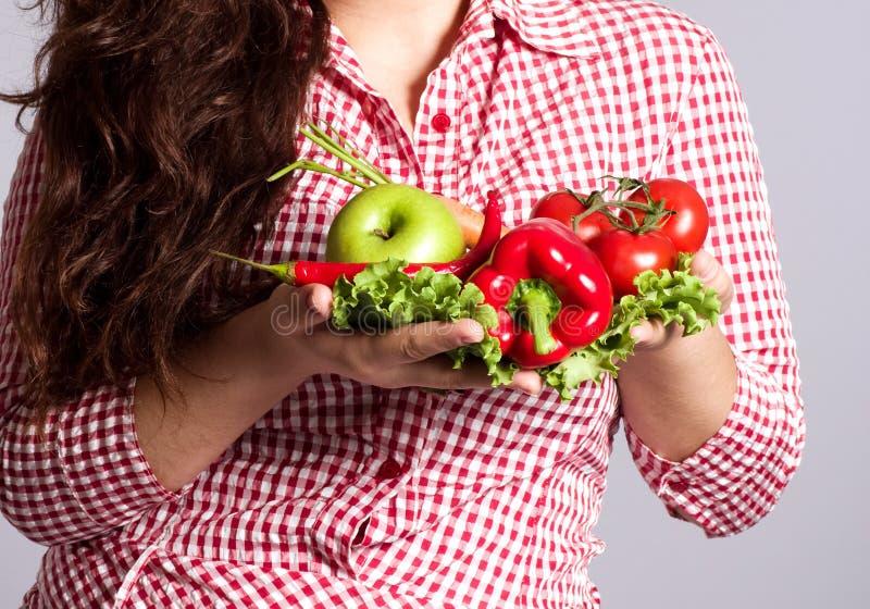 Kvinnlig vegetarian med grönsaker arkivfoton