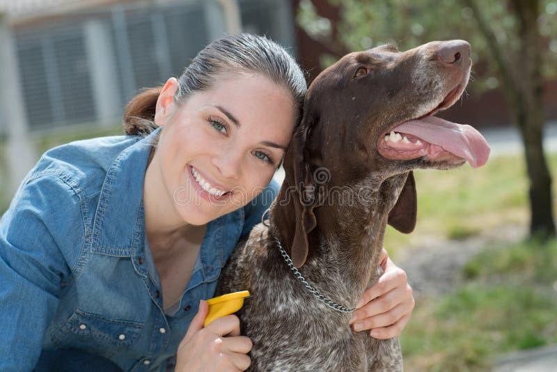 Kvinnlig veterinär som slår hunden på det djura skyddet arkivfoto