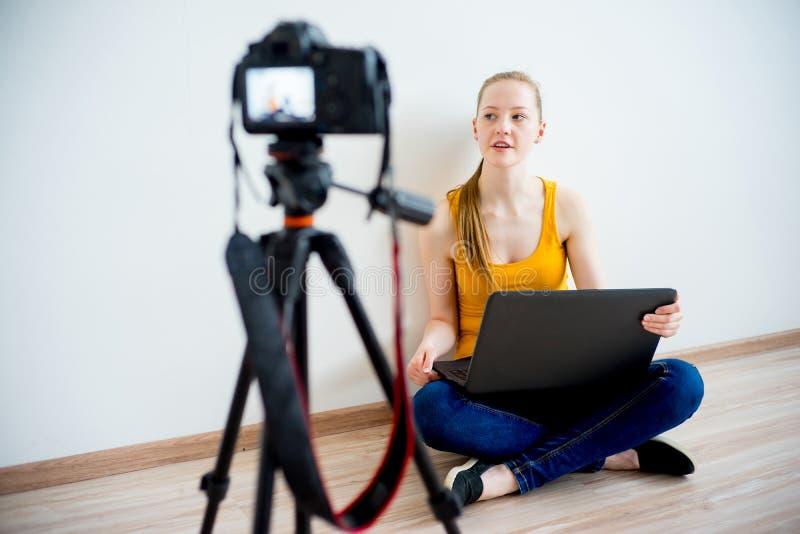 Kvinnlig video blogger arkivbilder