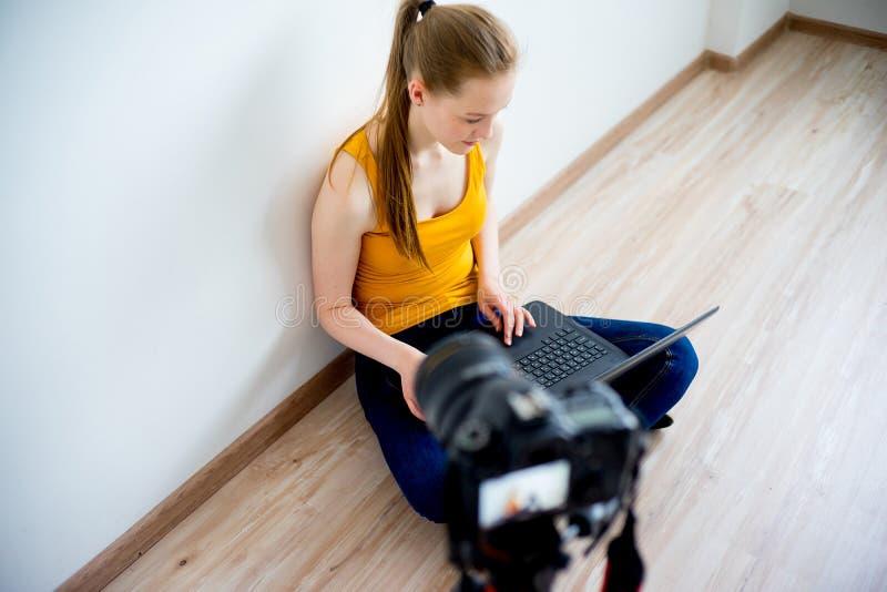 Kvinnlig video blogger arkivbild
