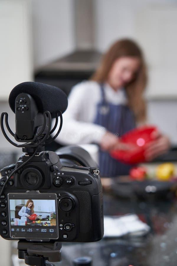 Kvinnlig Vlogger som g?r socialt massmedia videopn om att laga mat f?r internet fotografering för bildbyråer
