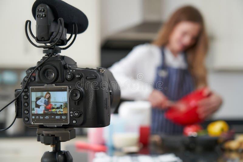 Kvinnlig Vlogger som g?r socialt massmedia videopn om att laga mat f?r internet royaltyfria foton