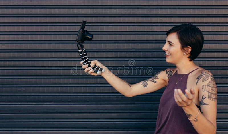 Kvinnlig vloggerinspelning hennes vloginnehåll royaltyfri bild