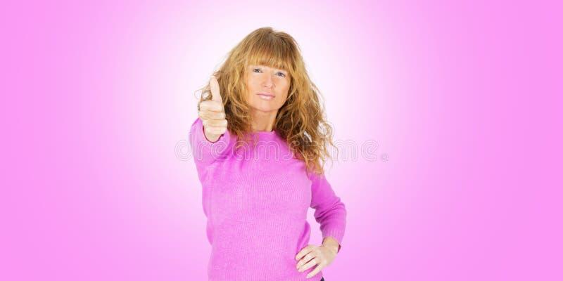 kvinnlig vuxen människa på rosa färger royaltyfri bild