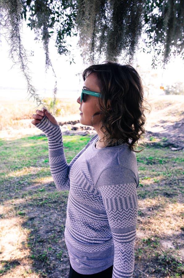 Kvinnlig vuxen stående av en Caucasian kvinna för brunett som ser spansk mossa fotografering för bildbyråer