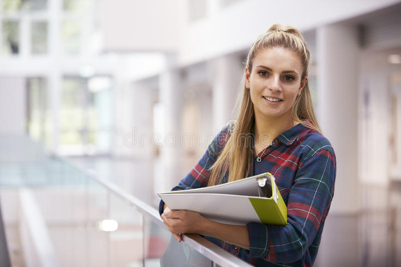 Kvinnlig vuxen student i modern universitetbyggnad, stående royaltyfria bilder