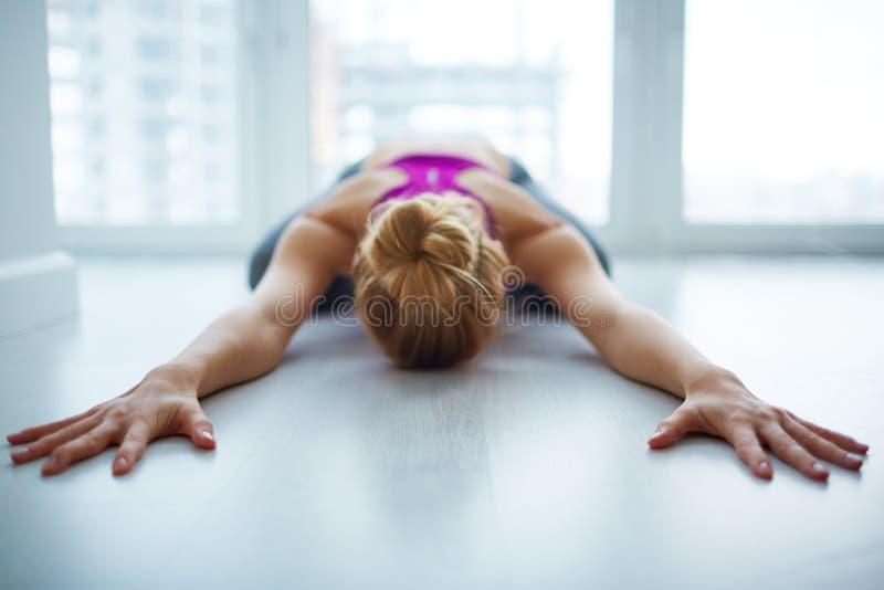 Kvinnlig yogi som hemma mediterar royaltyfri bild