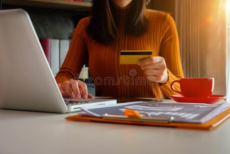 Kvinnliga affärsmän använder kreditkortar på kontoret arkivbilder