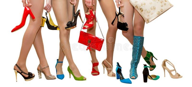 Kvinnliga ben i olika skor för annonsering av salongskor i modetidskriften på en vit bakgrund arkivbild