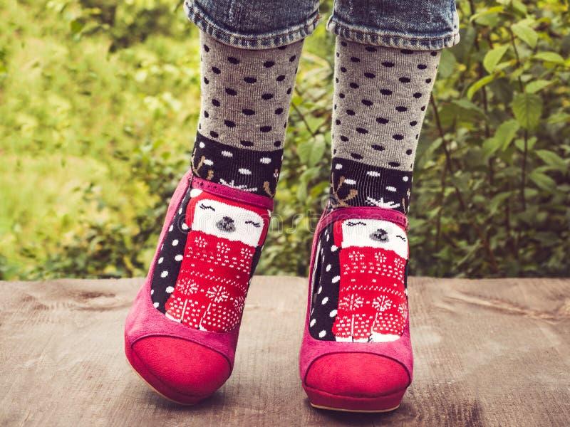 Kvinnliga ben i stilfulla rosa skor och ljusa sockor arkivfoto