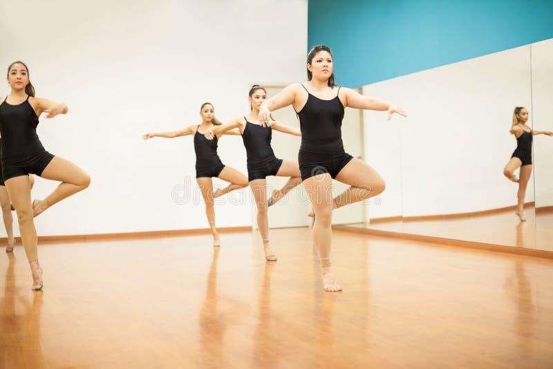 Kvinnliga dansare som öva en rutin fotografering för bildbyråer