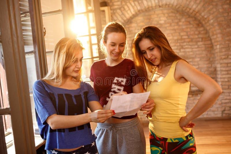 Kvinnliga dansare som gör ett plan royaltyfri fotografi