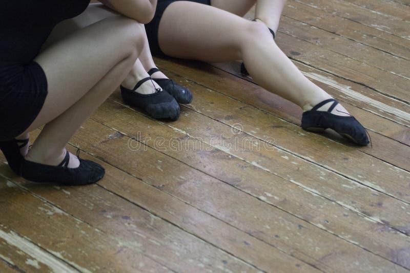 Kvinnliga diagram i strumpbyxor för koreografi- och dansskor arkivfoto