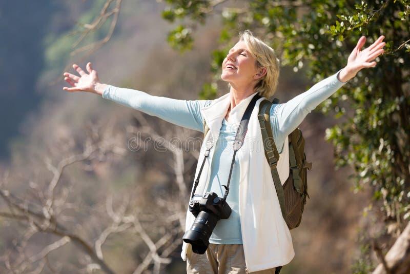 Kvinnliga fotografarmar öppnar royaltyfria bilder