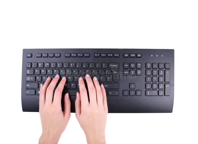 Kvinnliga händer eller kvinnakontorsarbetare som skriver på det svarta tangentbordet bakgrund isolerad white royaltyfri fotografi