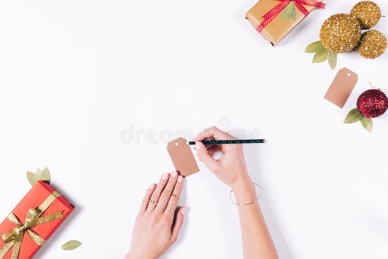 Kvinnliga händer förbereder julpynt royaltyfri foto
