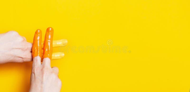 Kvinnliga händer i målarfärg korsade i ett hashtagtecken på en kulör bakgrund, idérik annonsering, socialt nätverksbegrepp fotografering för bildbyråer