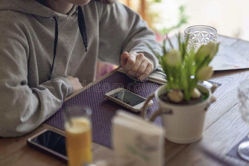 Kvinnliga händer med den mobila smarta telefonen, genom att använda grejsmartphonen, selectivfokus arkivfoto