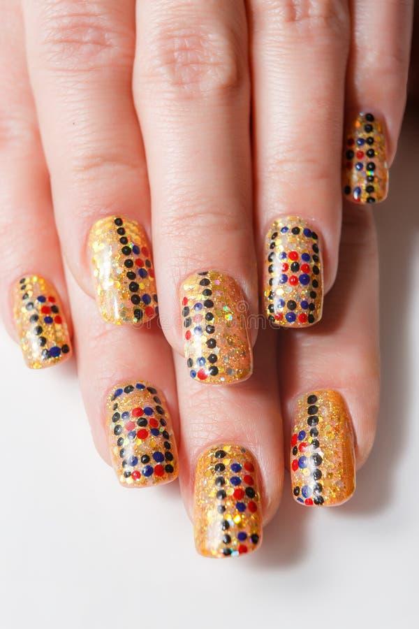 Kvinnliga händer med spikar konst royaltyfri bild