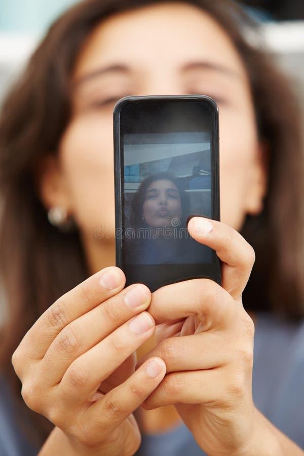 Kvinnliga händer som rymmer en smart telefon och tar selfie royaltyfria bilder