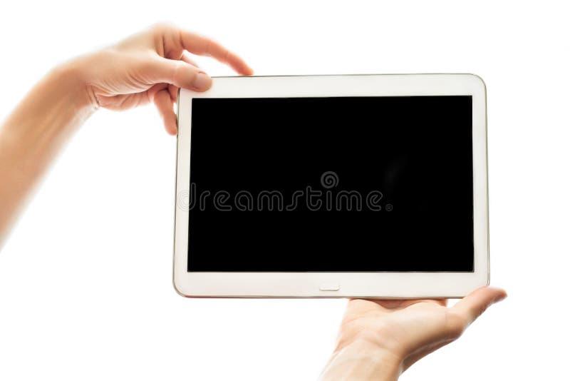 Kvinnliga händer som rymmer minnestavlan med den svarta skärmen som isoleras på vit bakgrund Modernt mobil enhetapparatslut upp r arkivfoto