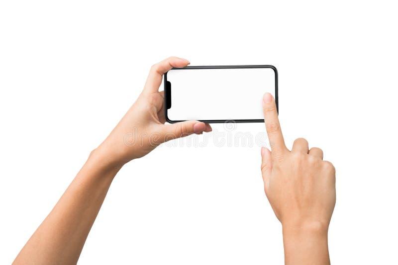Kvinnliga händer som tar fotoet på smartphonen med den tomma skärmen royaltyfria foton
