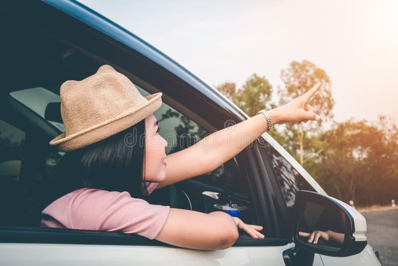 Kvinnliga handelsresande reser med bilar i mitt av den fridsamma naturen, att resa av turister endast för att finna skönheten av  royaltyfria bilder