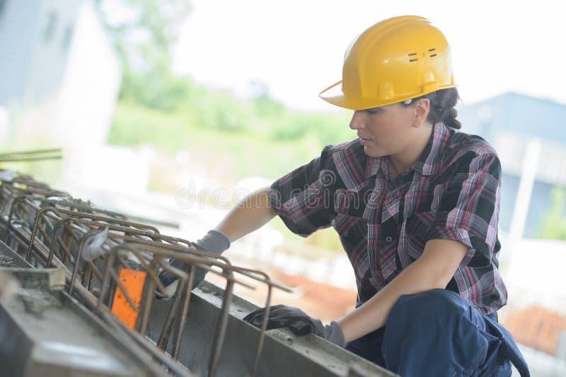 Kvinnliga jobbare arbetar på plats för konstruktion för stadsmitt royaltyfria bilder