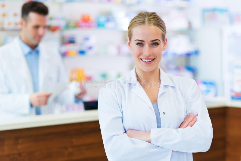 Kvinnliga och manliga apotekare royaltyfria bilder
