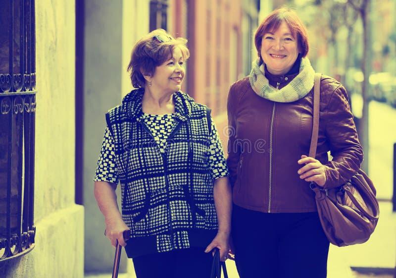 Kvinnliga pensionärer på staden går royaltyfri bild