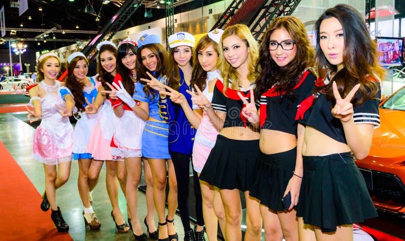 Kvinnliga presentatörer modellerar på Bangkok den internationella auto salongen 2013. fotografering för bildbyråer