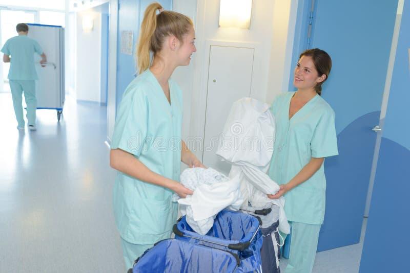 2 kvinnliga rengöringsmedel på sjukhuset fotografering för bildbyråer