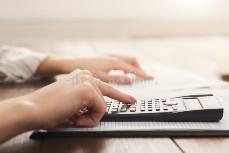 Kvinnliga revisor- eller bankirdanandeberäkningar arkivfoto
