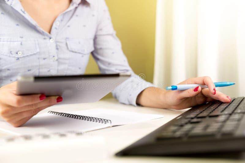 Kvinnliga revisor- eller bankirdanandeberäkningar Besparingar, finanser och ekonomibegrepp arkivfoto
