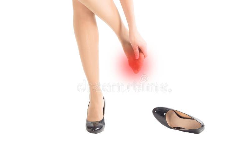 Kvinnliga sårade och gnidna tår vid åtsittande skor för höga häl som isoleras på vitt, stänger sig upp royaltyfria bilder