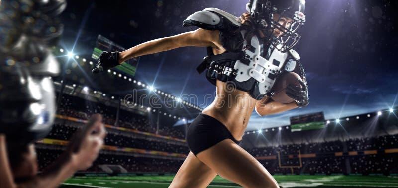Kvinnliga spelare för amerikansk fotboll i handling royaltyfria bilder
