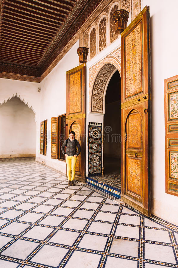 Kvinnliga turist- besöka Bahia Palace i Marrakech - Marocko royaltyfri bild