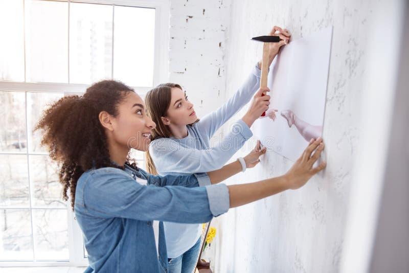 Kvinnliga vänner för upptakt som tillsammans hänger en bild arkivfoton