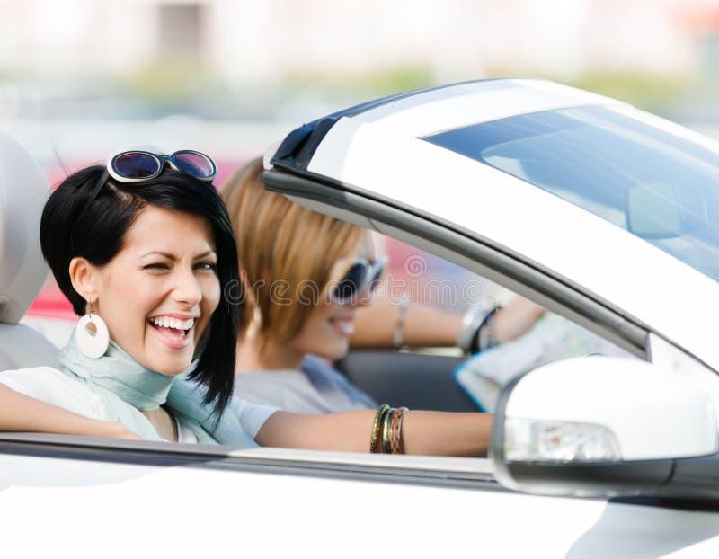 Download Kvinnliga vänner i bilen arkivfoto. Bild av flicka, format - 37344934