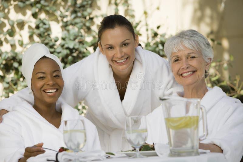 Kvinnliga vänner på att äta middag tabellen royaltyfri bild
