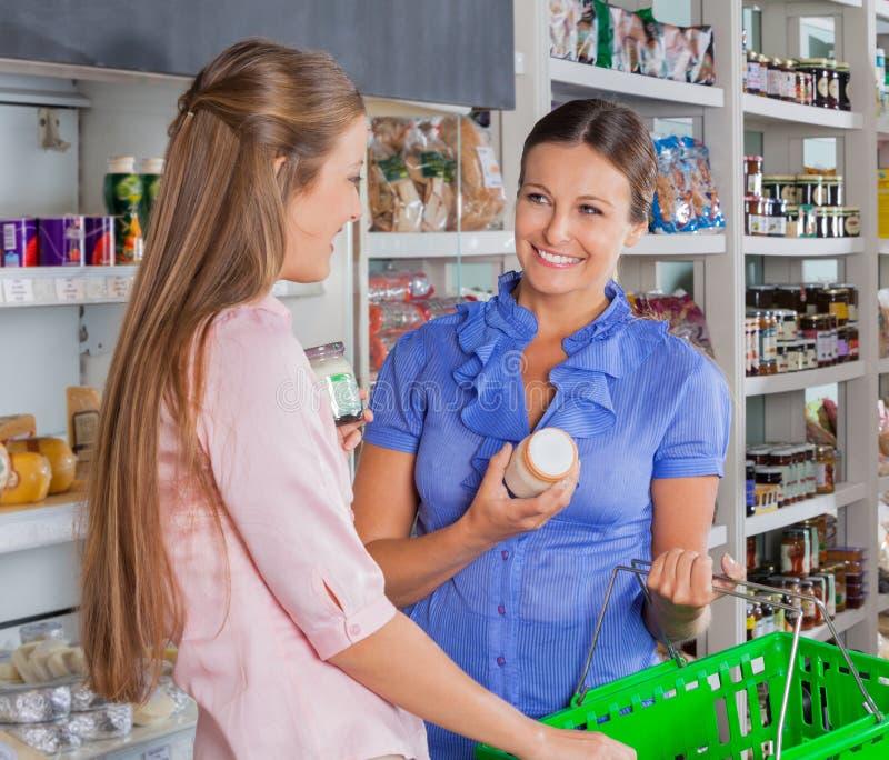 Kvinnliga vänner som shoppar livsmedelsbutiken arkivfoton