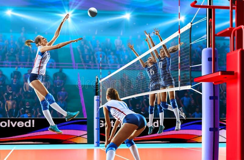 Kvinnliga yrkesmässiga volleybollspelare i handling på den storslagna domstolen royaltyfria bilder