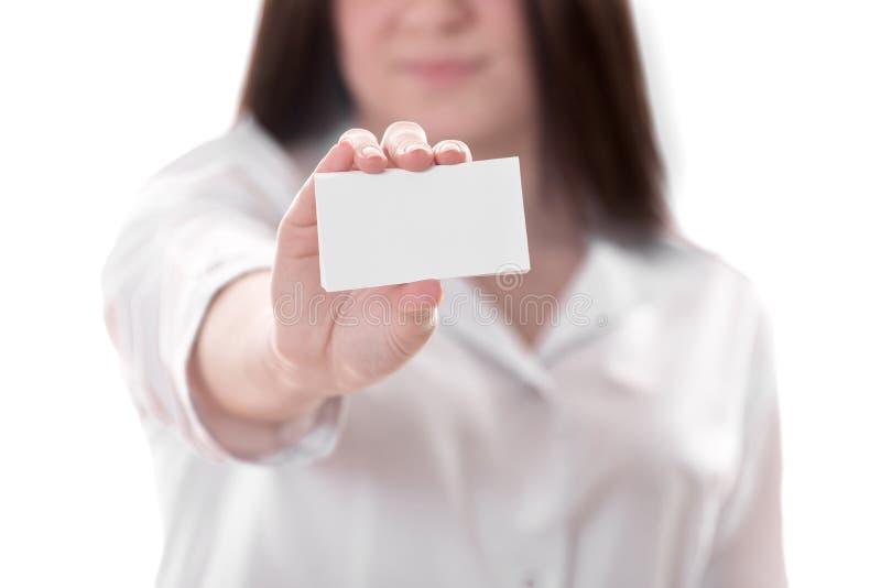 Kvinnligdoktor som rymmer ett tomt kort arkivfoton