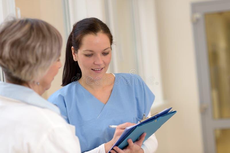 Kvinnligdoktorer i sjukhus royaltyfri fotografi