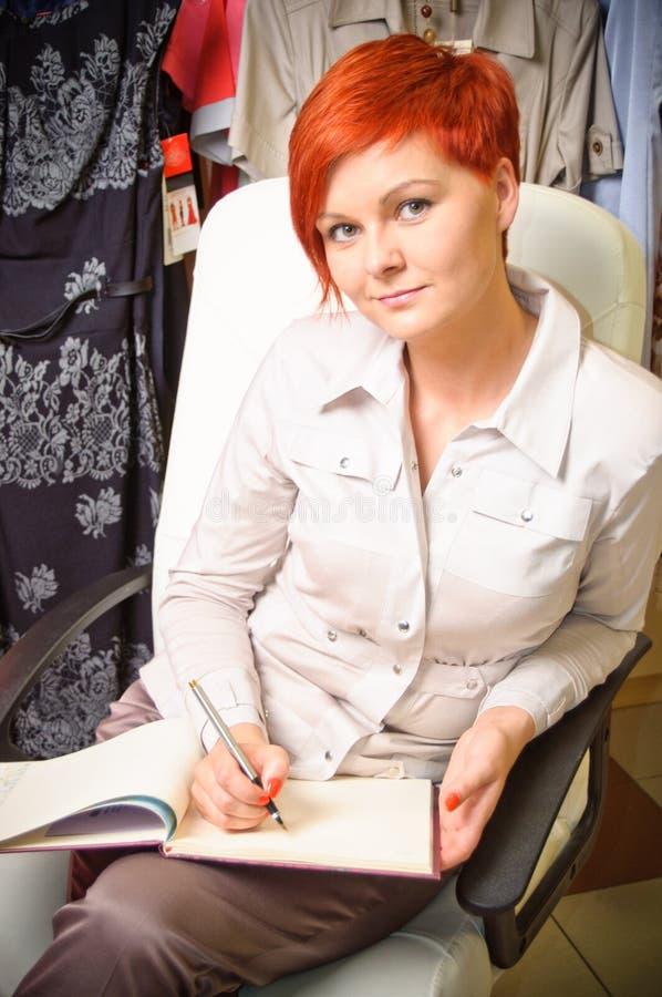Kvinnligförsäljningsassistent royaltyfri foto