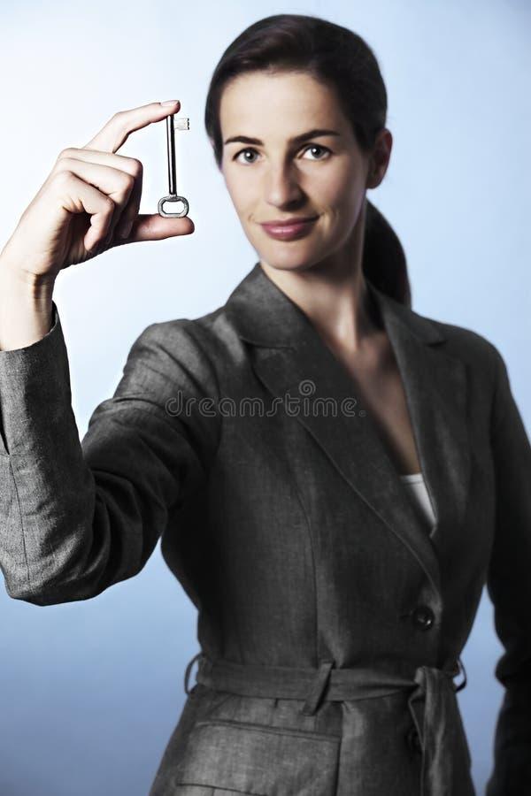 kvinnligfingrar som rymmer den key professionelln royaltyfria bilder
