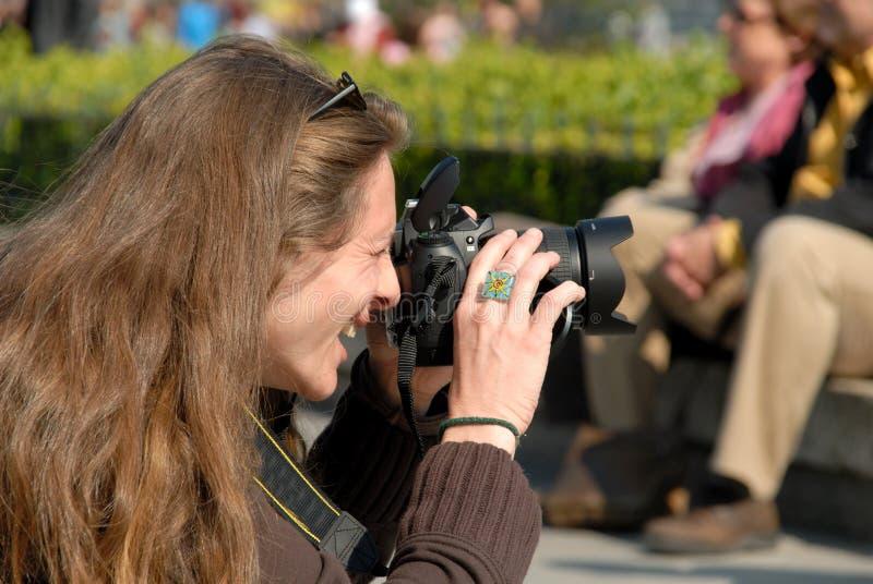 kvinnligfotograf arkivfoton