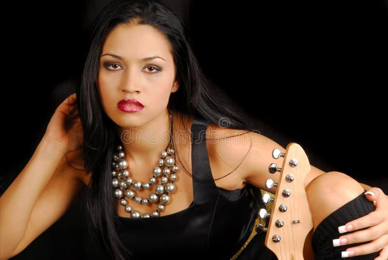 kvinnliggitarrvippa arkivfoto