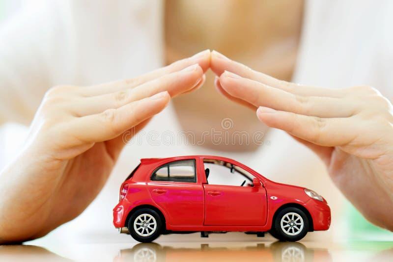 Kvinnlighänder och bil som skydd av bilen fotografering för bildbyråer